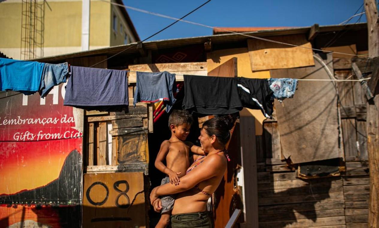 Karoline Marian de Lima, de 22 anos, é oriunda do Jardim Gramacho, e mora num barraco de madeira com os dois filhos, na Ocupação dos Jesuítas, Santa Cruz, Zona Oeste do Rio Foto: Hermes de Paula / Agência O Globo