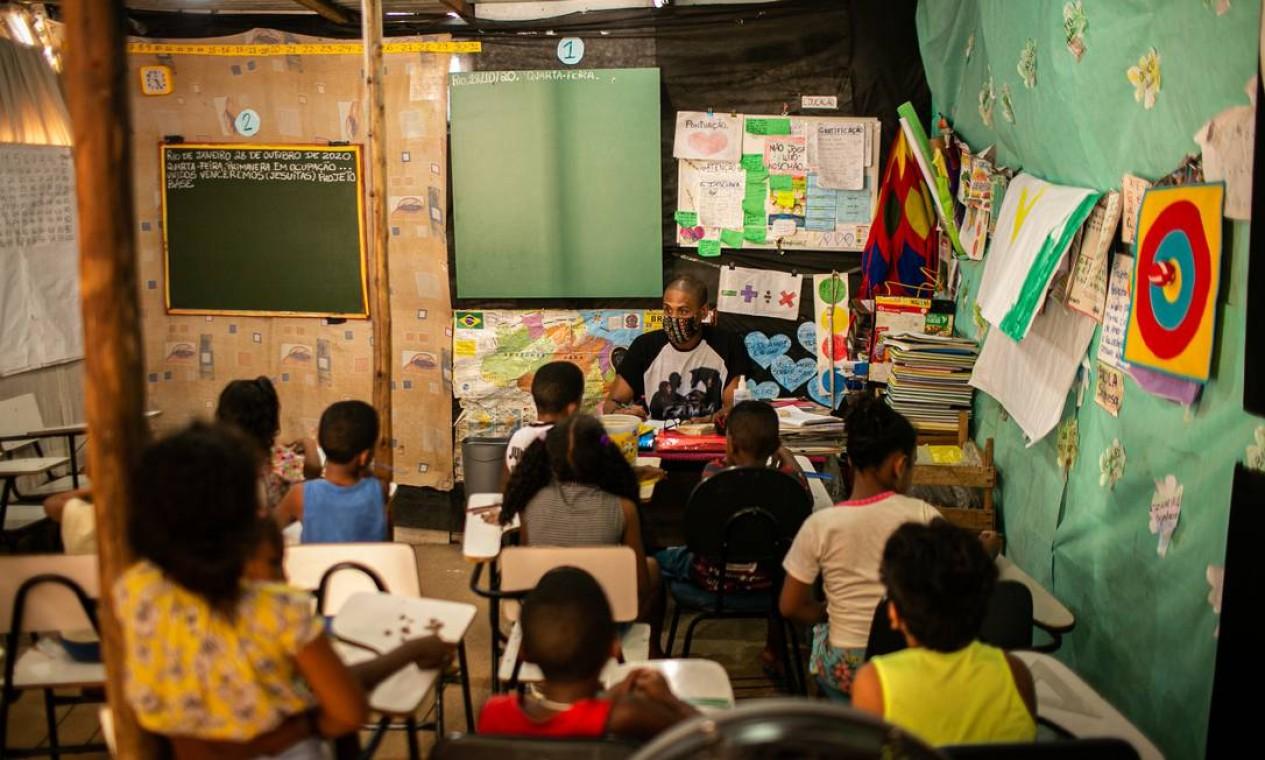 Na Ocupação dos Jesuítas, Santa Cruz, Zona Oeste do Rio, moradores improvisaram escola para crianças Foto: Hermes de Paula / Agência O Globo