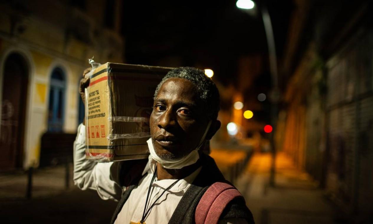 Paulo Rodrigues carrega uma cesta basica que recebeu no projeto da ex-moradora de rua Vania Rosa Foto: Hermes de Paula / Agência O Globo