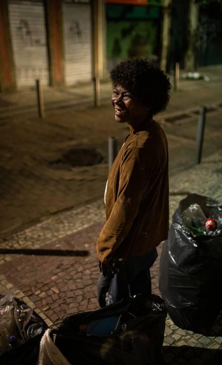 A catadora Vera Pinheiro já vive há 20 anos nas ruas do Rio. Defensoria Pública estima que Rio tenha 15 mil pessoas sem-teto Foto: Hermes de Paula / Agência O Globo
