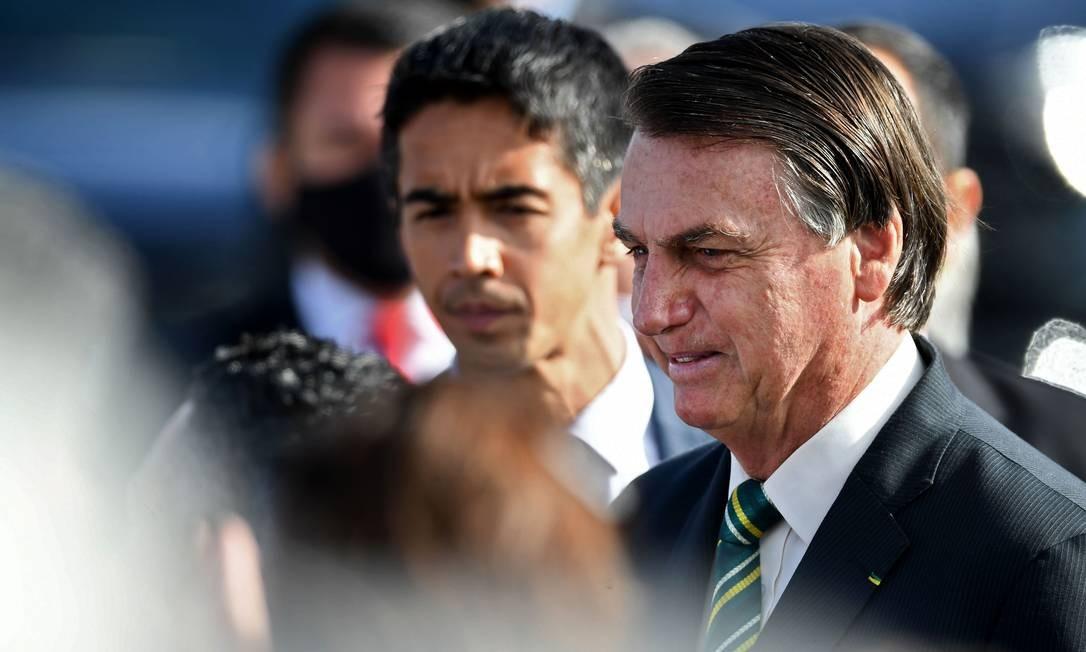 O presidente Jair Bolsonaro conversa com apoiadores no Palácio da Alvorada Foto: Evaristo Sá/AFP/27-10-2020