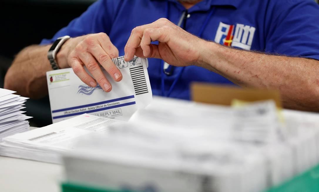 As cédulas enviadas pelo correio são contadas em Lehigh County, Pensilvânia, nesta quarta-feira, após o dia oficial da eleição. Votos em estados considerados decisivos são cruciais para vitória Foto: RACHEL WISNIEWSKI / REUTERS