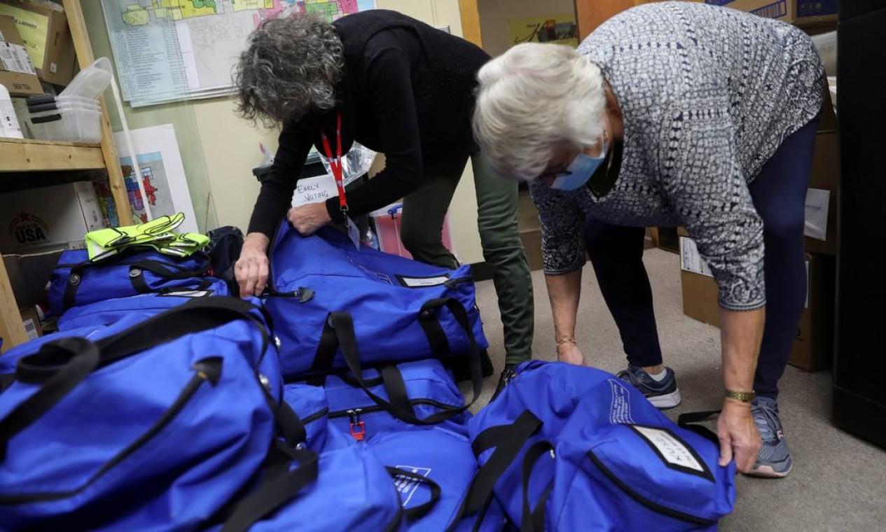 Autoridades eleitorais abrem sacos com cédulas após o dia da eleição, em Kenosha, Wisconsin, um dos estados considerados decisivos Foto: DANIEL ACKER / REUTERS