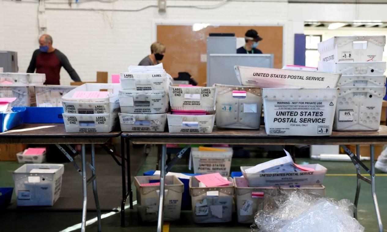 Contagem de cédulas enviadas pelo correio em Chester County, Pensilvânia Foto: RACHEL WISNIEWSKI / REUTERS