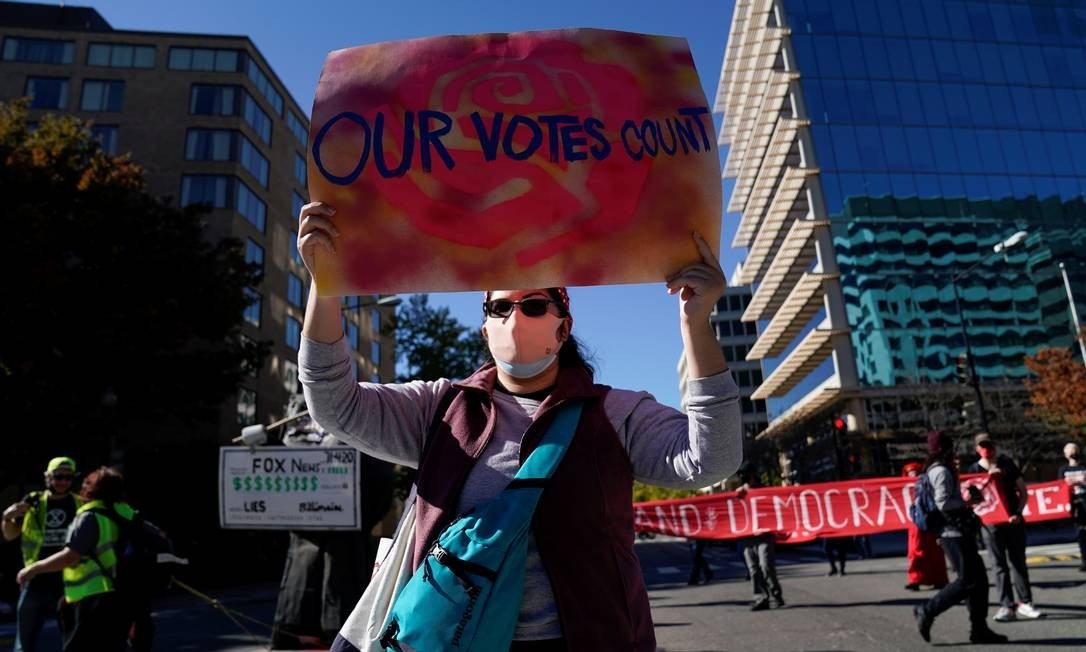 Uma ativista participa de um protesto liderado pela paralisação do DC, no dia seguinte às eleições presidenciais dos EUA, em Washington Foto: ERIN SCOTT / REUTERS