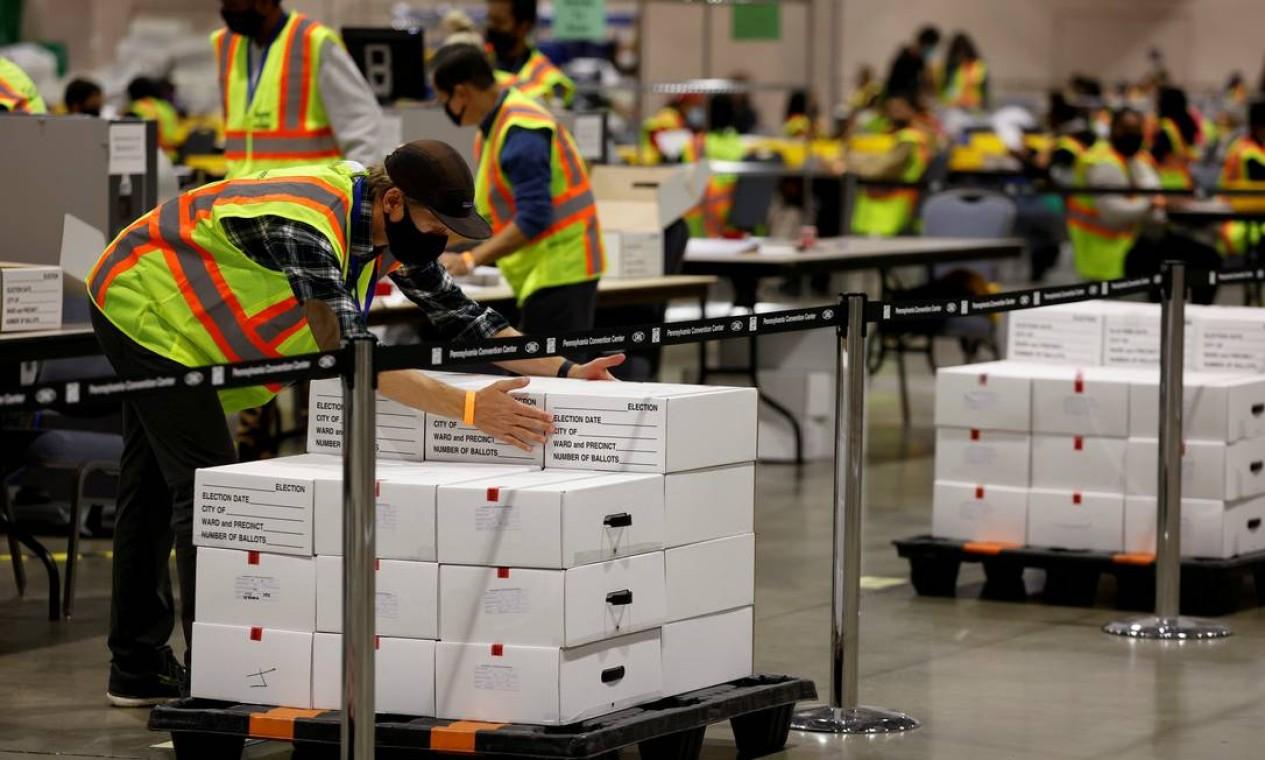 Votos são contados no Centro de Convenções da Pensilvânia, na cidade da Filadélfia Foto: Rachel Wisniewski / REUTERS