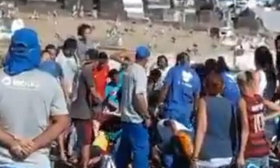 Multidão disputa oferenda no Cemitério de Inhaúma Foto: Reprodução / Twitter