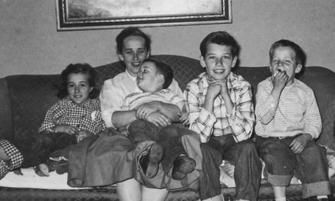 Joe Biden, durante a infância, ao lado da mãe, Catherine, e dos irmãos, em Scranton, Pensilvânia Foto: Divulgação