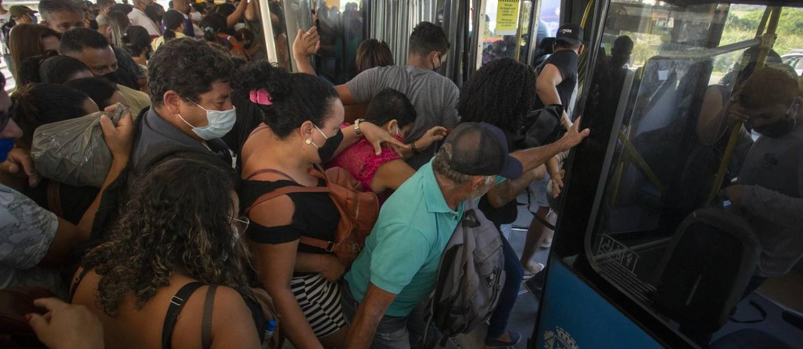 Passageiros se espremem para entrar num ônibus do BRT na parada do Mato Alto, em Guaratiba Foto: Márcia Foletto/Agência O Globo