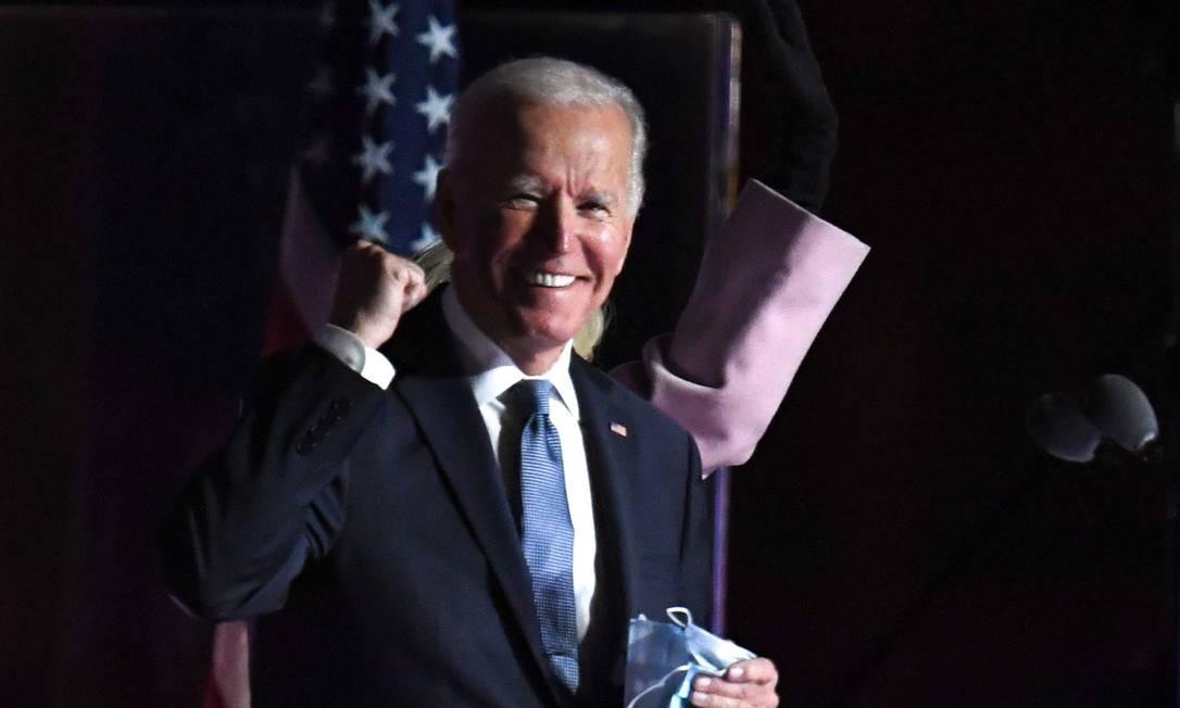 O candidato democrata à presidência Joe Biden durante discurso para apoiadores na noite da eleição, em Wilmington, Delaware Foto: ROBERTO SCHMIDT / AFP