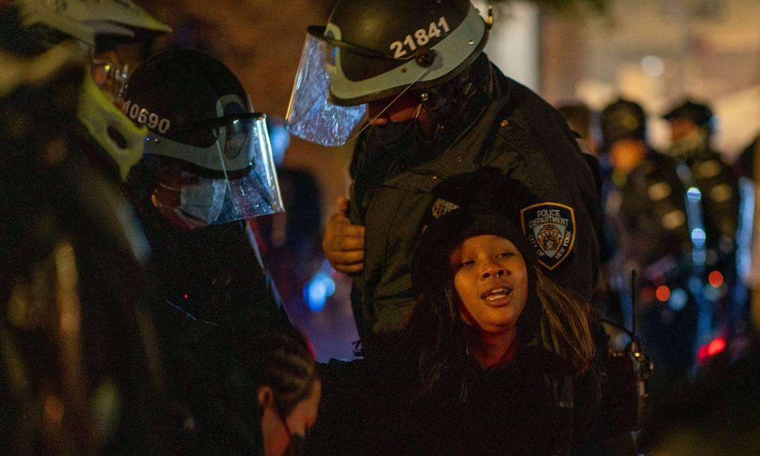 Manifestantes são presos enquanto tomavam as ruas de Nova York, nos Estados Unidos, em protestos contra o sistema político do país e o atual presidente, Donald Trump Foto: David Dee Delgado / AFP