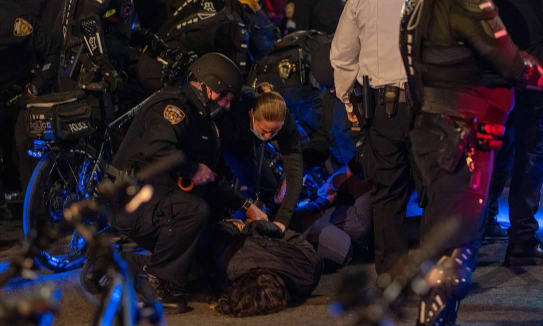 Manifestantes são presos enquanto tomavam as ruas da cidade de Nova York Foto: David Dee Delgado / AFP