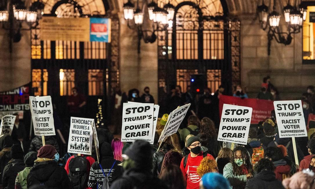 Pessoas na Copley Square na Biblioteca Pública de Boston protestam contra sistema político e eleitoral, em Massachusetts Foto: JOSEPH PREZIOSO / AFP