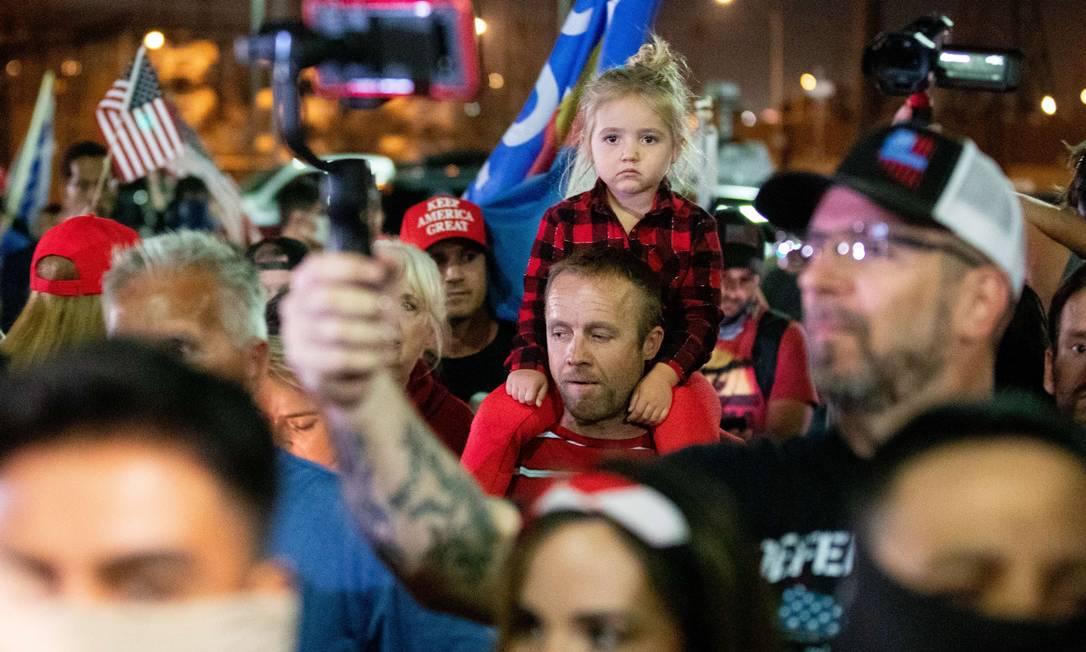 Apoiadores do presidente Donald Trump se reúnem para protestar contra os resultados eleitorais no escritório do Departamento de Eleições do Condado de Maricopa, em Phoenix, Arizona. A campanha do presidente Donald Trump disse que contestaria legalmente e exigiria recontagens em estados-chave Foto: Courtney Pedroza / AFP