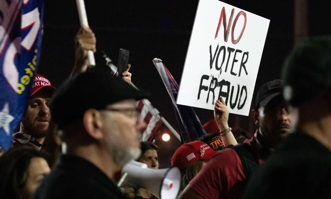 Apoiadores do presidente Donald Trump no escritório do Departamento de Eleições do Condado de Maricopa, em Phoenix, Arizona, reproduzem o discurso sobre suposta fraude eleitoral, por não aceitar a derrota parcial para Biden Foto: Courtney Pedroza / AFP