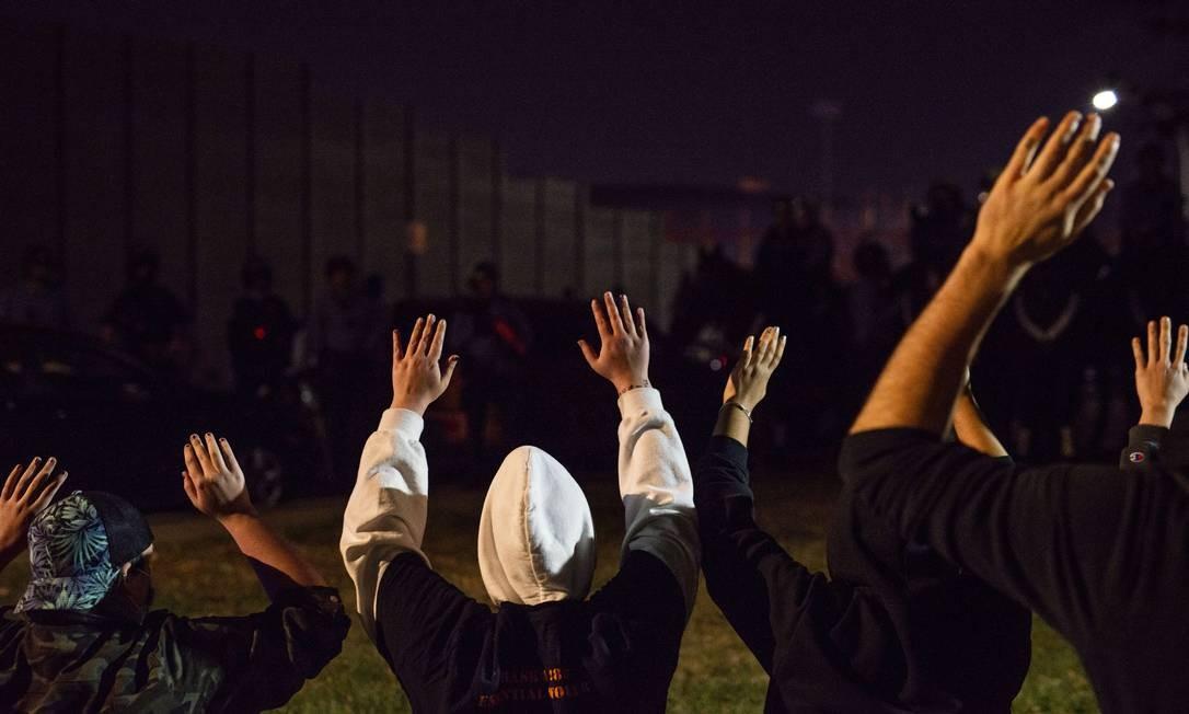 Pessoas confrontam a polícia quando fecham as ruas perto da I-94 em Minneapolis, Minnesota. Centenas de pessoas foram presas por & # 034; incômodo público & # 034; Foto: Stephen Maturen / AFP