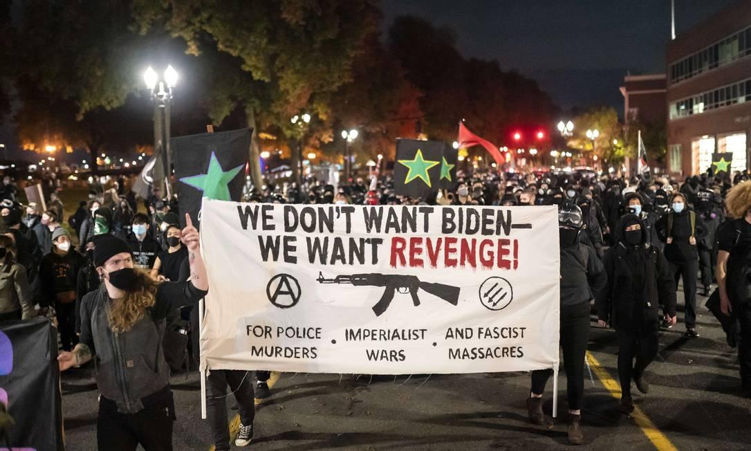 """""""Não queremos Biden, nós quaremos vingança!"""" diz o cartaz em Portland, Oregon Foto: Nathan Howard / AFP"""