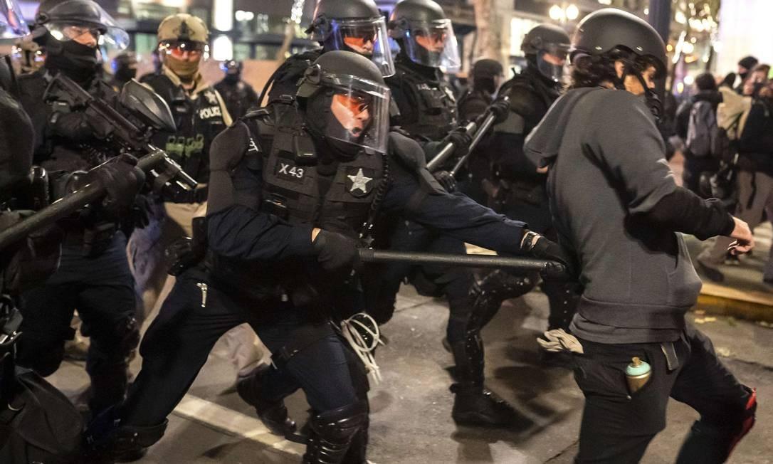 Tropas de choque espancaram o manifestante com um bastão enquanto dispersavam uma multidão de manifestantes do Black Bloc em Portland, Oregon. Foto: Nathan Howard / AFP