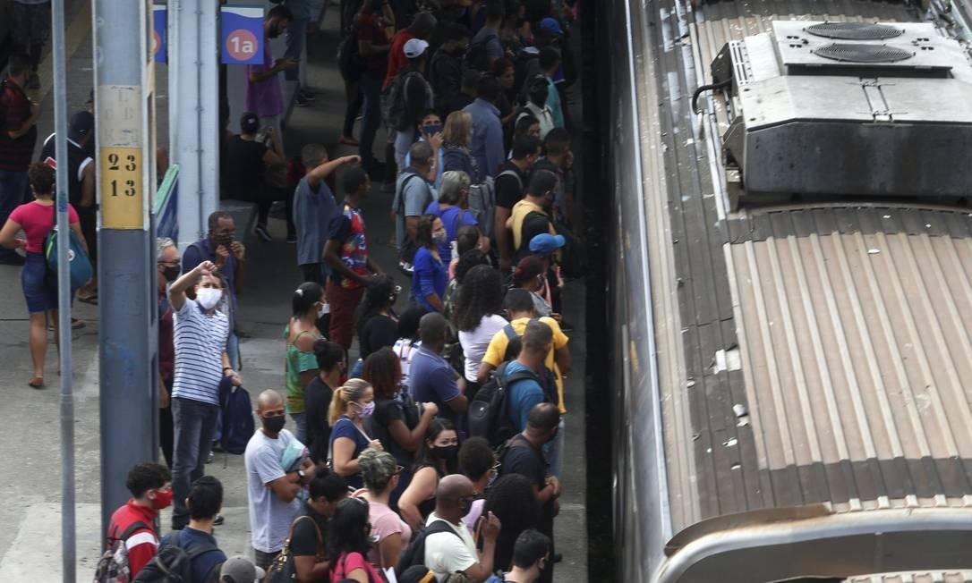 Aglomeração: concessionária diminuiu viagens e aumentou intervalo entre elas; resultado é longe do recomendado para período de pandemia Foto: Fabiano Rocha / Agência O Globo