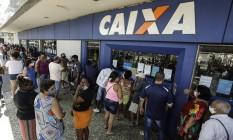 Caixa: fila para auxílio Foto: Gabriel de Paiva / Agência O Globo
