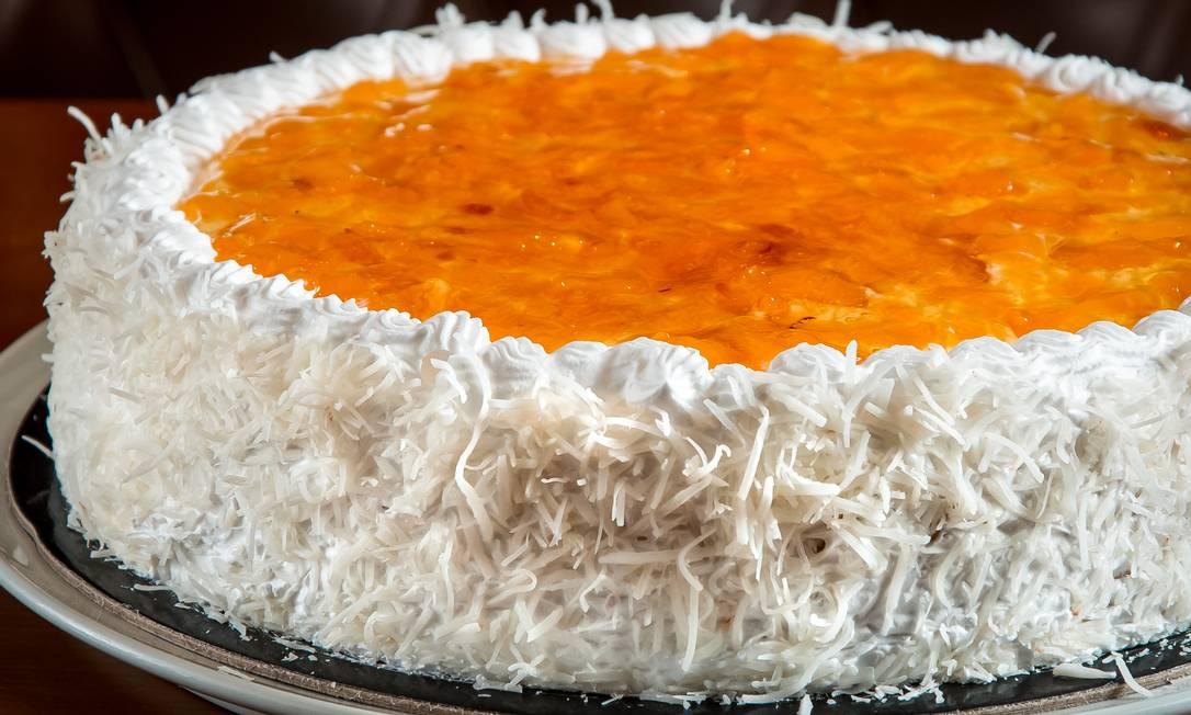 Le Dépanneur. A torta de coco com abacaxi é vendida em fatias (R$ 14,90) ou inteira (sob encomenda, a R$ 149,90). À venda nas lojas, no Leblon, em Botafogo, no Largo do Machado, em Niterói ou pelo WhatsApp 2245-6547 Foto: Divulgação/Rodrigo Barionovo / .