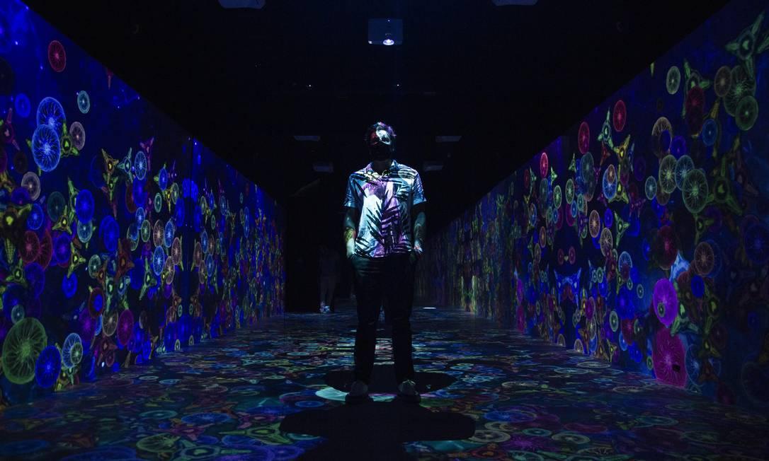 A instalação imersiva 'Imfusion' coloca os visitantes em ambientes de luzes e cores, como o da imensidão do universo. Foto: Gabriel Monteiro / Agência O Globo