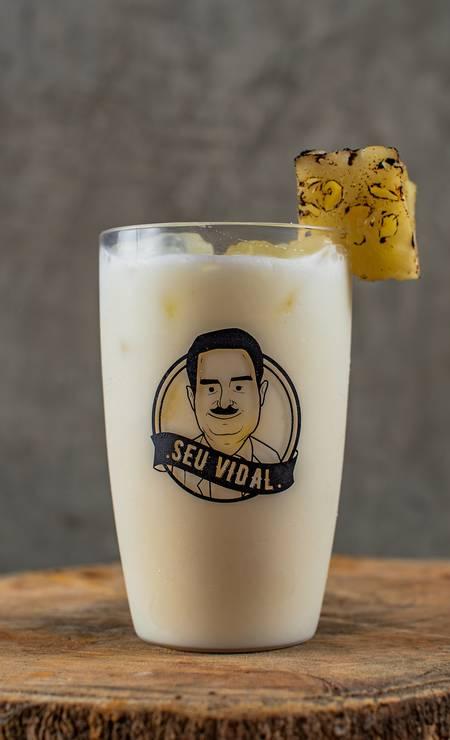 Seu Vidal. A piña descolada leva rum, coco, abacaxi e leite condensado (R$ 28). Rua Ronald de Carvalho 275, Copacabana (3439-7719) Foto: divulgação/Alex Woloch / .