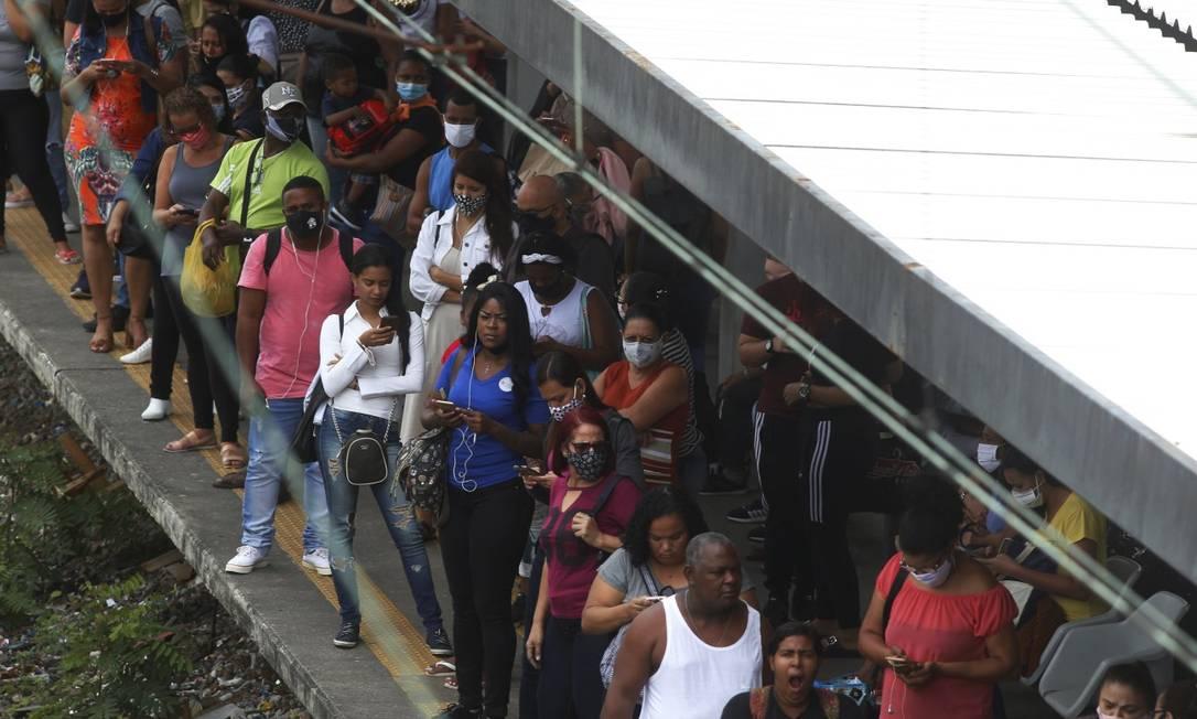 Estação de Gramacho lotada em primeiro dia de aumento de intervalos na grade horária da Supervia Foto: Fabiano Rocha / Agência O Globo