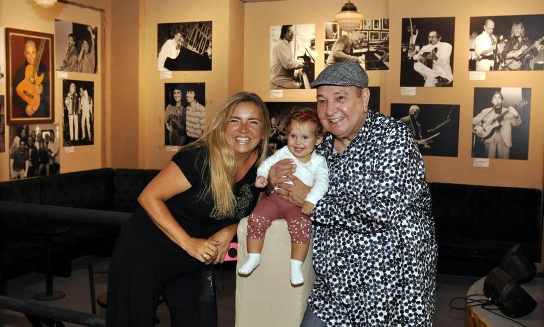 Três gerações. Amanda Bravo com João Donato e a filha Maria Cecília no Beco das Garrafas repaginado Foto: Divulgação/Cristina Granato