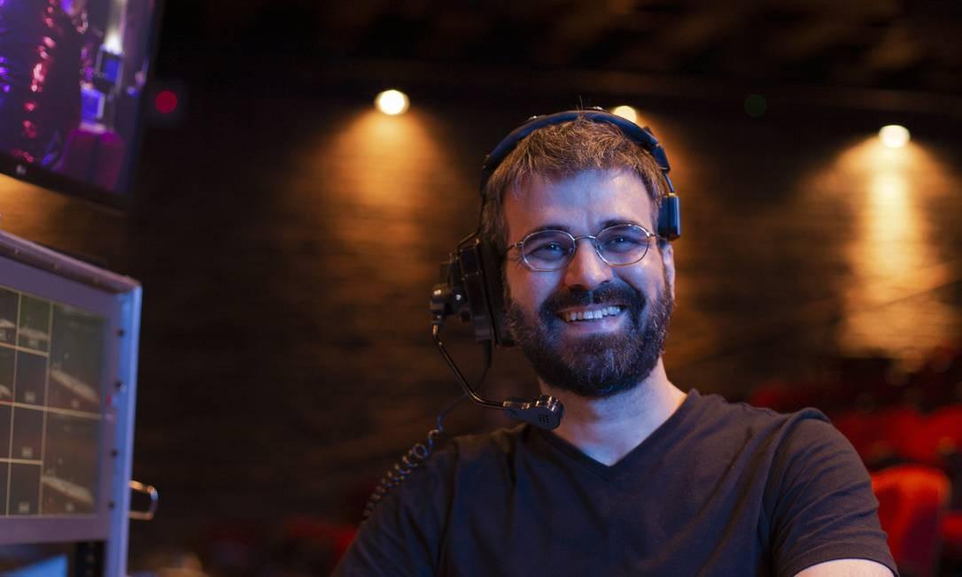 Da ilha de edição, o produtor audiovisual Eduardo Chamon transmite espetáculos teatrais pela internet Foto: Gabriel Monteiro / Agência O Globo