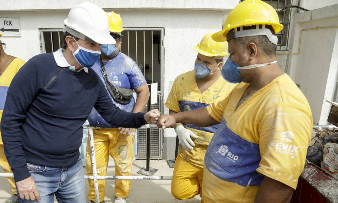 Em campanha pela reeleição, o prefeito Marcelo Crivella visitou o hospital Paulino Werneck, na Cacuia, Ilha do Governador Foto: Gabriel de Paiva/Agência O Globo