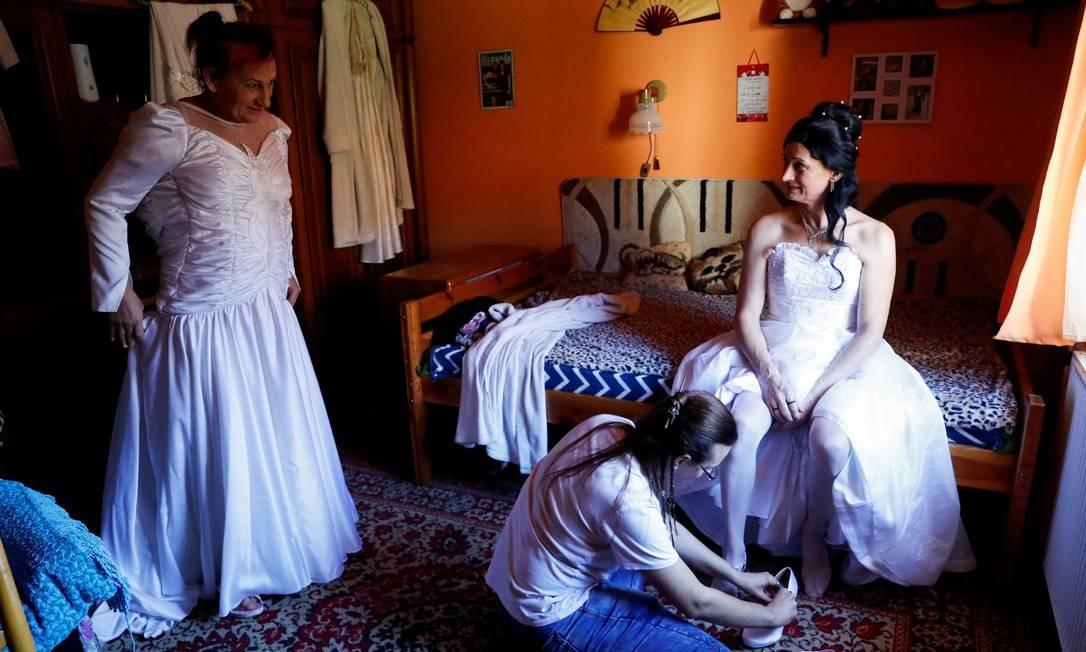 Elvira Angyal and Tamara Csillag se preparam para celebrar seu casamento em Polgardi, na Hungria Foto: BERNADETT SZABO / REUTERS