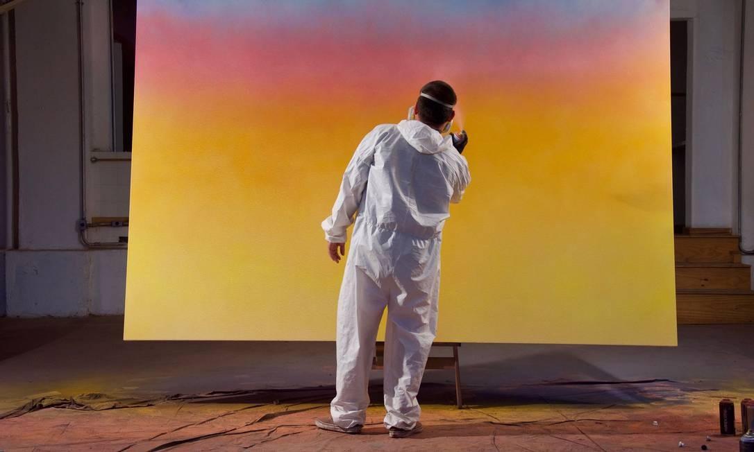 """""""Dégradé"""".Toz trabalha numa das telas que poderão ser vistas na exposição """"Céus de Monet"""" Foto: Divulgação/Elodie salmeron"""