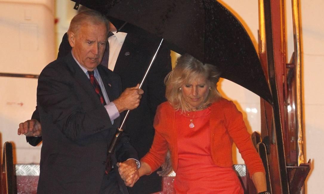 Vice-presidente dos Estados Unidos e sua esposa, Jill Biden, na chegada à Base Aérea Gallio (Foto: Evo Gonzalez / Agência O Globo)