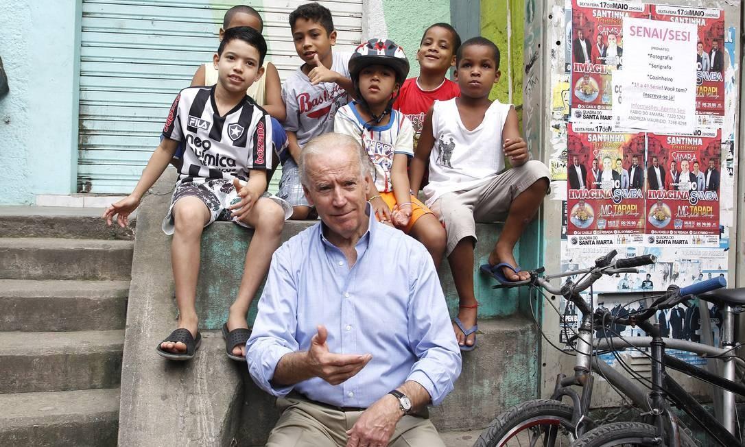 Joe Biden com crianças na favela Morro Dona Marta Foto: Ivo Gonzalez / Agência O Globo