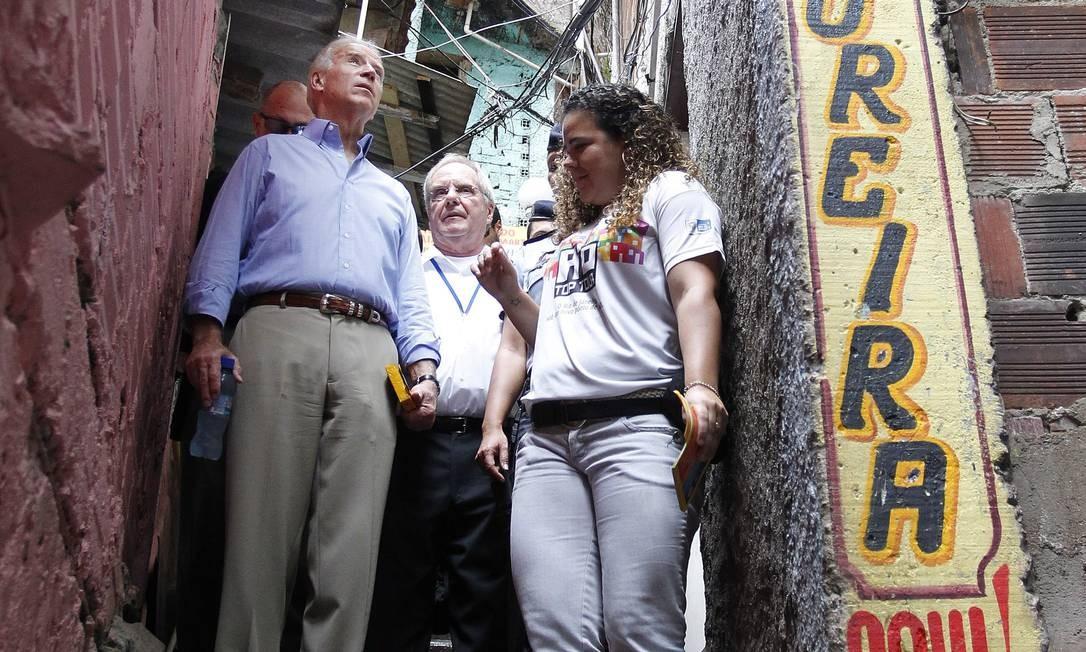 Biden está caminhando por um beco comunitário da Zona Sul do Rio, e Donna Marta, na época, era uma espécie de