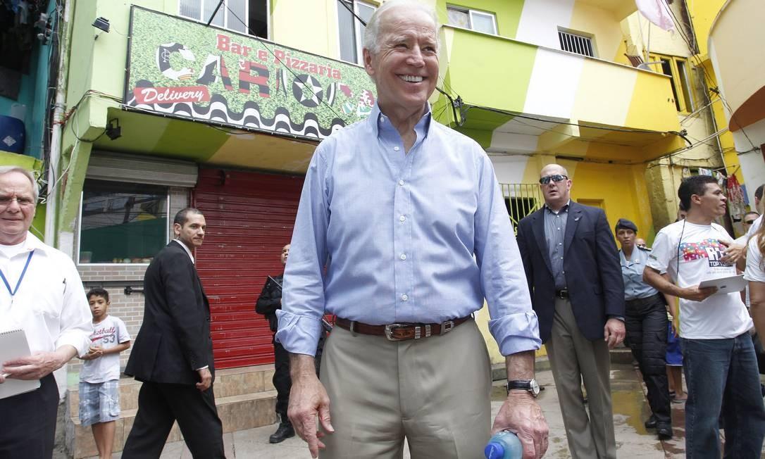 Com forte segurança, Biden percorreu a comunidade, falando com policiais e moradores. Foto: Evo Gonzalez / Agência O Globo