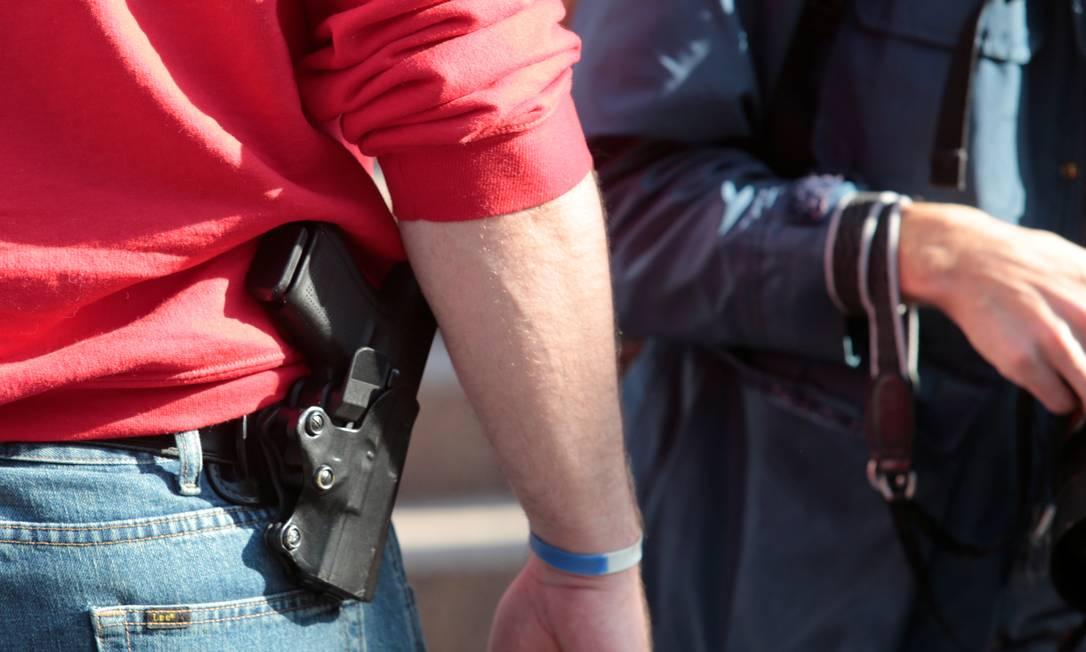 Apoiadores de Trump exibem armas enquanto participam de protesto contra contagem de votos em Detroit, no estado de Michigan Foto: REBECCA COOK / REUTERS