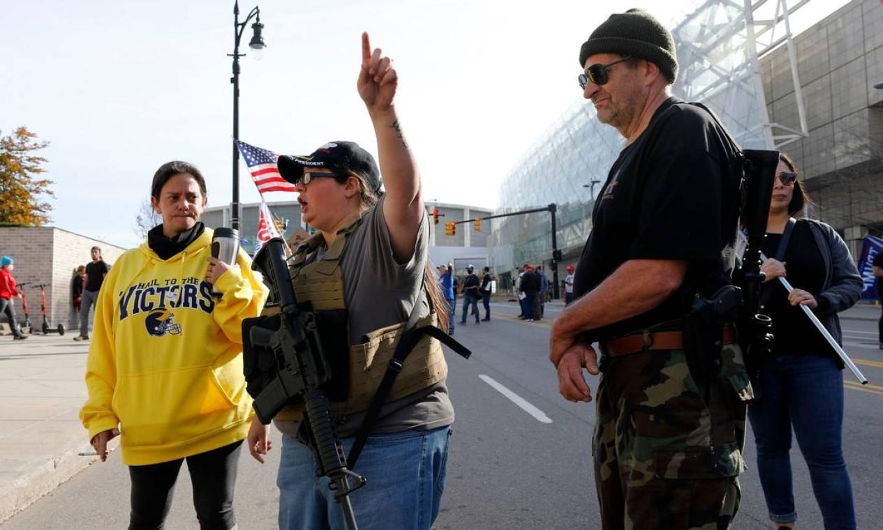 Apoiadores de Trump exibem armas enquanto participam de protesto contra contagem de votos em Detroit, no estado de Michigan Foto: JEFF KOWALSKY / AFP
