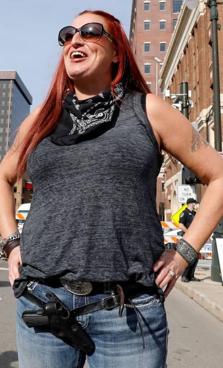 Uma apoiadora de Trump, porta uma arma fora do centro de convenções em Detroit, Michigan, para protestar contra a contagem dos votos que apontam vitória de Joe Biden na disputa pela Casa Branca Foto: JEFF KOWALSKY / AFP