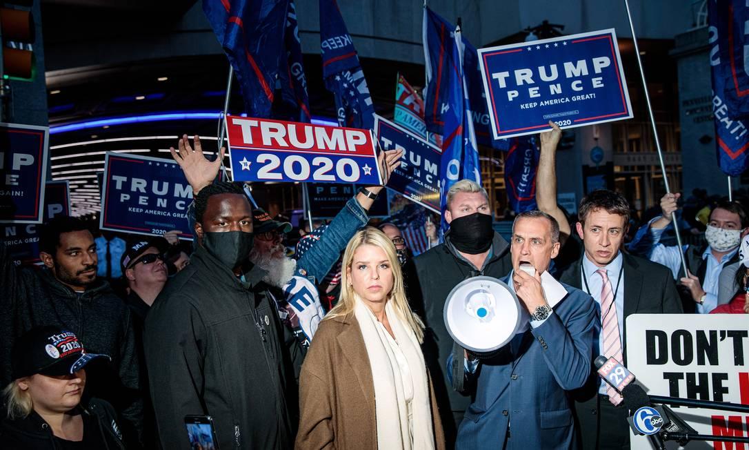 Manifestantes pró-Trump se reuniram na quinta-feira em frente ao Centro de Convenções da Pensilvânia, onde os votos estão sendo contados na Filadélfia Foto: DAMON WINTER / NYT/05-11-2020