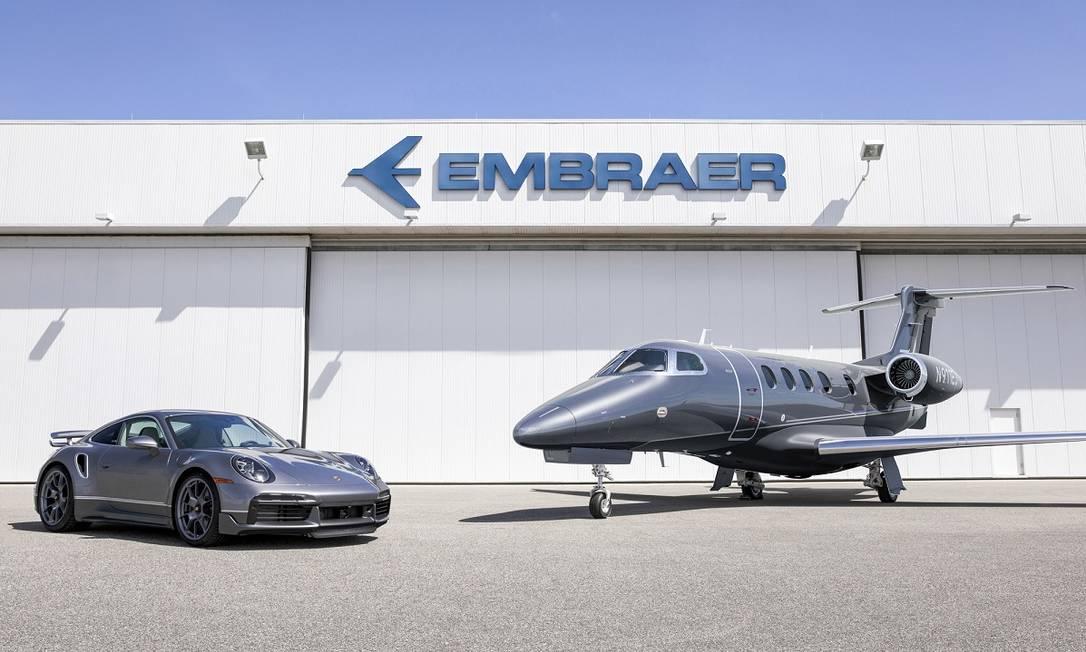 Combinação: Porsche 911 Turbo S e Embraer Phenom 300E Foto: Divulgação