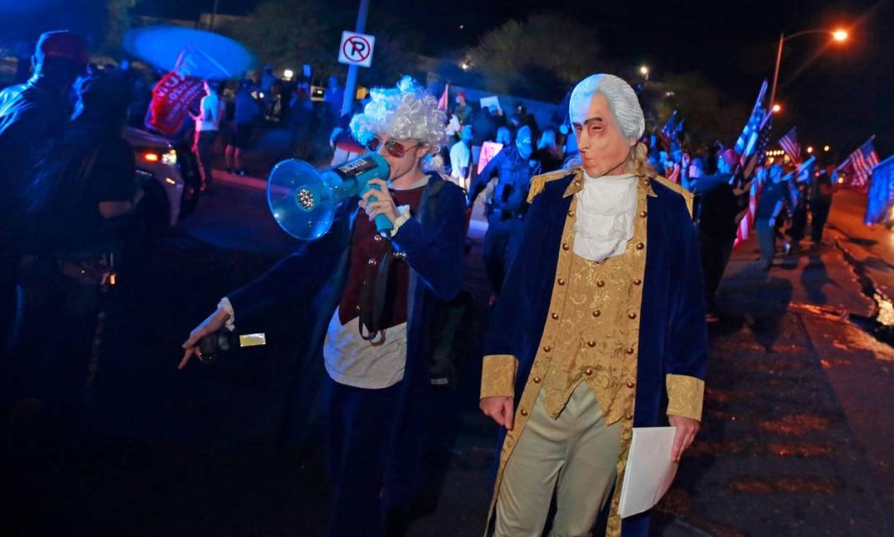 Apoiadores de Trump vestidos como os ex-presidentes Thomas Jefferson e George Washington participam de protesto contra a contagem de votos em Nevada Foto: RONDA CHURCHILL / AFP