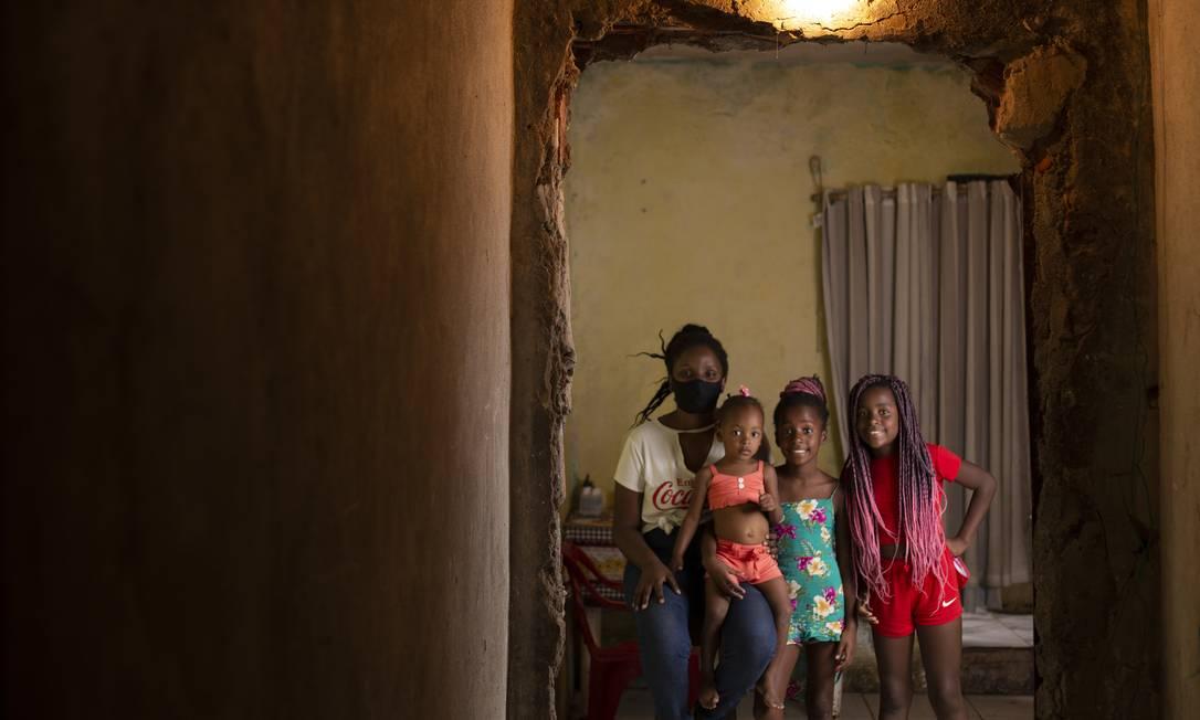 Suellen Pires, de 28 anos, vive com as três filhas na Vila Kennedy, Zona Oeste do Rio Foto: Gabriel Monteiro / Agência O Globo