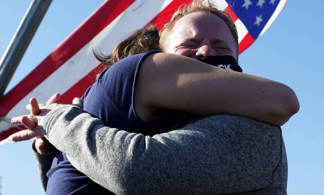 Apoiadores de Biden comemoram perto do local onde o presidente eleito planeja fazer seu discurso da vitória, em Wilmington, Delaware Foto: KEVIN LAMARQUE / REUTERS