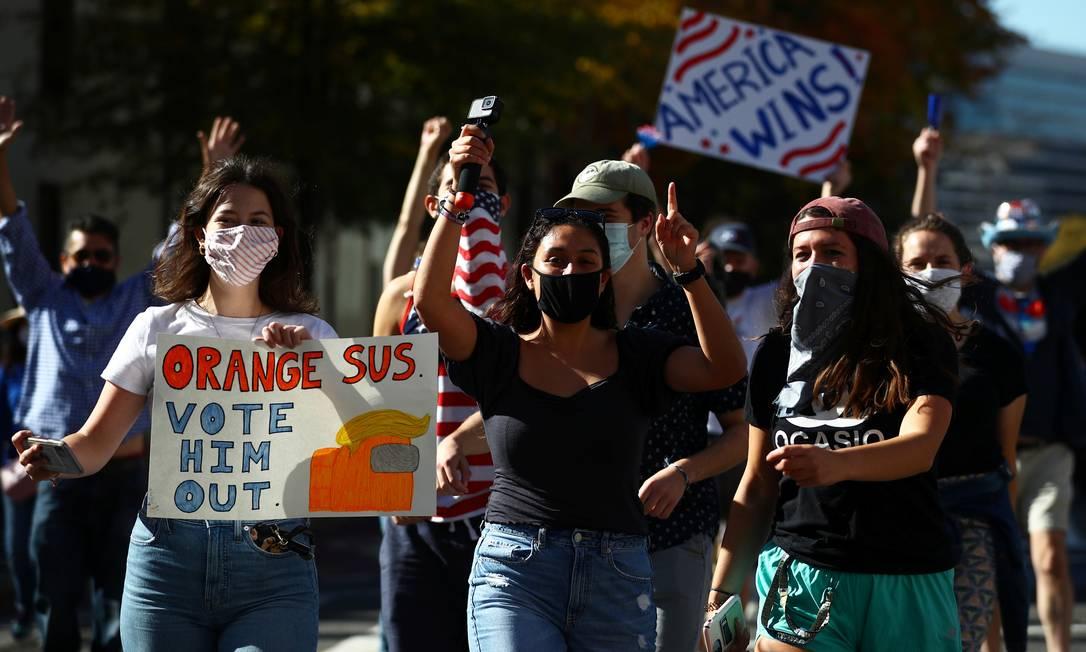 Comemoração de apoiadores de Biden no Black Lives Matter Plaza, em Washington, um point de encontro dos simpatizantes do candidato democrata, agora eleito presidente dos EUA Foto: HANNAH MCKAY / REUTERS