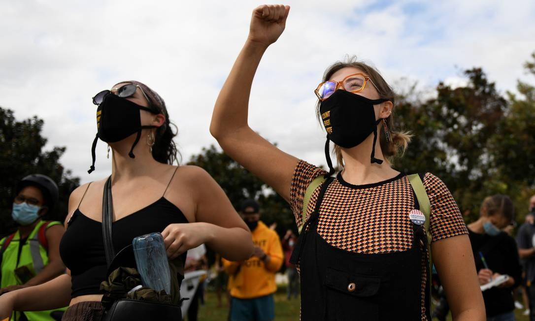 Em Atlanta, na Geórgia, mulheres comemoram vitória de Biden na disputa eleitoral, cuja apuração de votos se arrasta desde a última terça, dia oficial da eleição Foto: BRANDON BELL / REUTERS