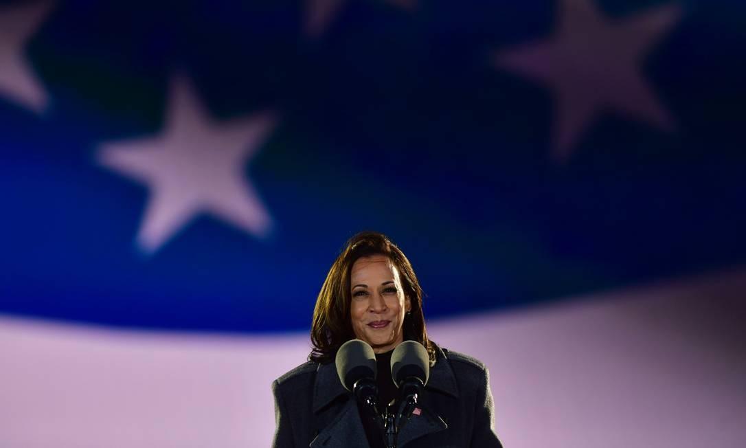 Kamala Harris, na véspera do dia oficial da eleição, fala em um comício na Filadélfia, Pensilvânia.  Harris veio às urnas com força por ser a primeira mulher negra a ser eleita para o Procurador-Geral da Califórnia e a primeira mulher descendente do Sul da Ásia ao Senado. Foto: Mark McKeilla / AFP