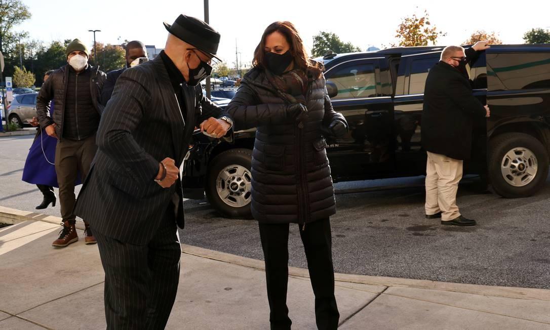 Kamala Harris cumprimenta o senador da Pensilvânia Vincent Hughes com uma cotovelada em 2 de novembro. Foto: Jonathan Ernst / Reuters