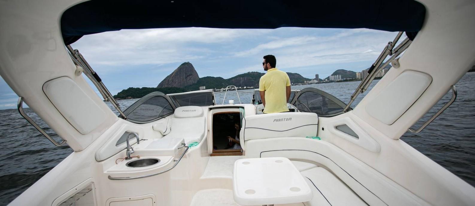 Gabriel Rodrigues na Marina da Glória. Ele acabou de comprar um barco juntamente com um amigo, para poder passear com a família com mais tranquilidade e segurança. Marina da Glória. Foto: Hermes de Paula / Agência O Globo